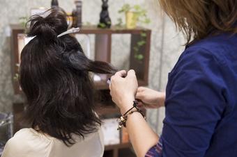 お客様の現在の髪の毛の状態を確認します